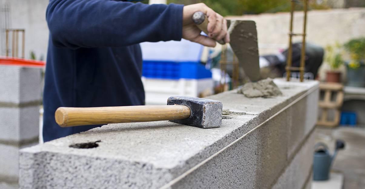 Le parpaing ou bloc de béton est un matériau très apprécié des maçons-constructeurs