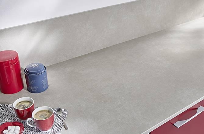 Déco cuisine : pureté des lignes avec une crédence mi-hauteur et son plan en béton ciré
