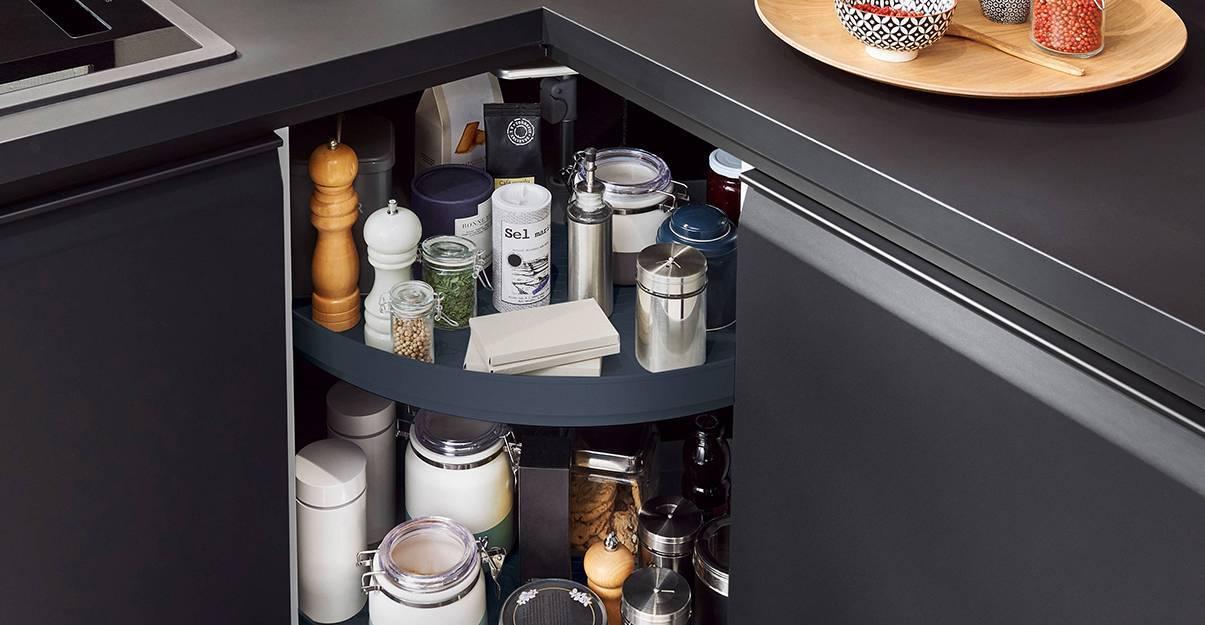 Le placard d'angle, bien pratique dans une kitchenette