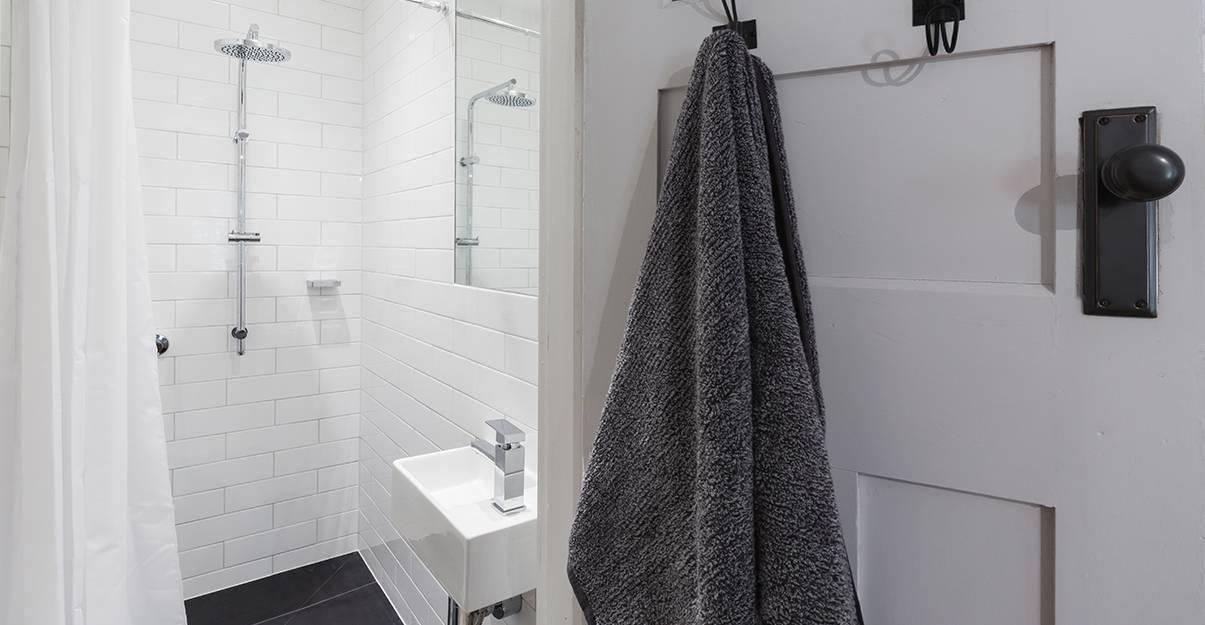 Aménager un petit appartement :  augmenter l'impression de volume avec le carrelage blanc