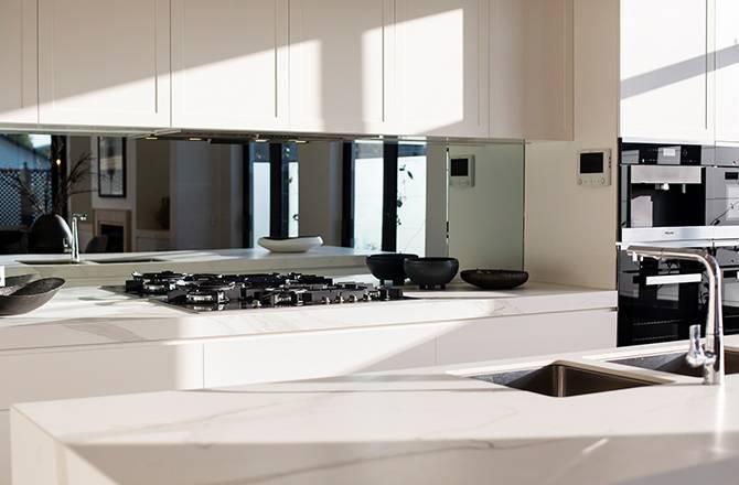 Crédence de cuisine en verre effet miroir
