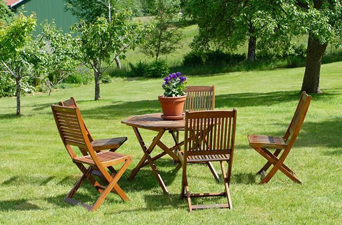 Aménagement d'un jardin et meubles en bois