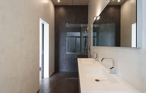 Un sol de douche à l'italienne en béton ciré pour la petite touche industrielle