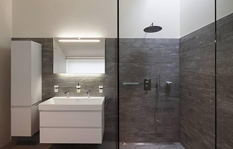 Les panneaux muraux, idéaux pour habiller une douche à l'italienne