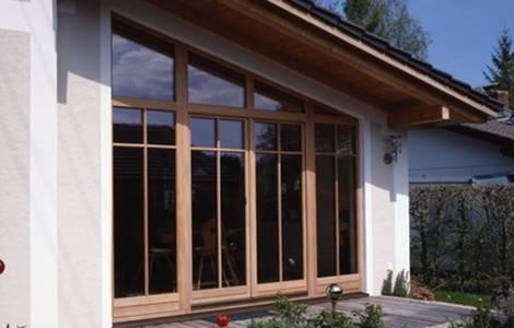 La baie vitrée en bois
