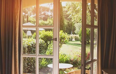 Choisir une baie vitrée :  l'ouverture battante ou « ouvrante »
