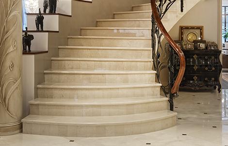 Le chic d'un escalier en pierre rénové