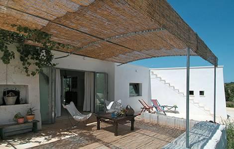 Un petit coin détente sous une terrasse couverte