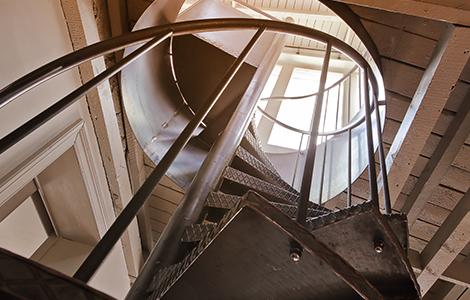 Escalier métallique rénové, aspect brut