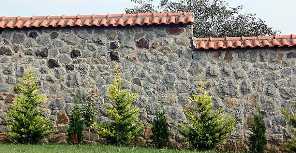 Mur de clôture en pierre : intimité et sécurité