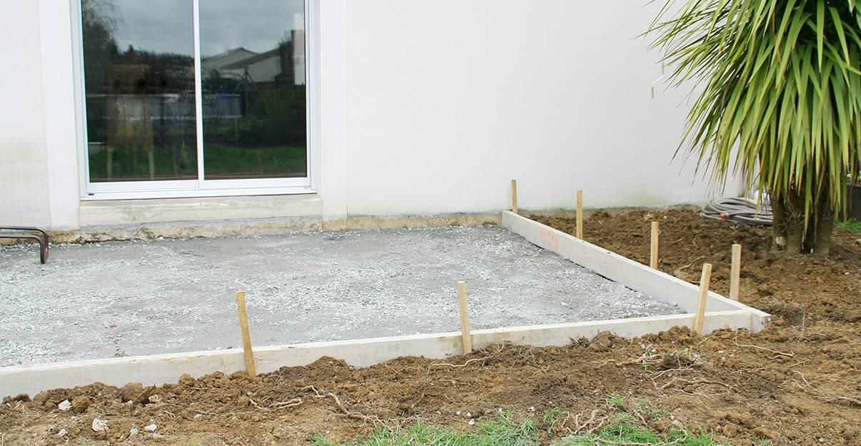 Dalle béton réalisée en vue de la pose d'une terrasse carrelée.