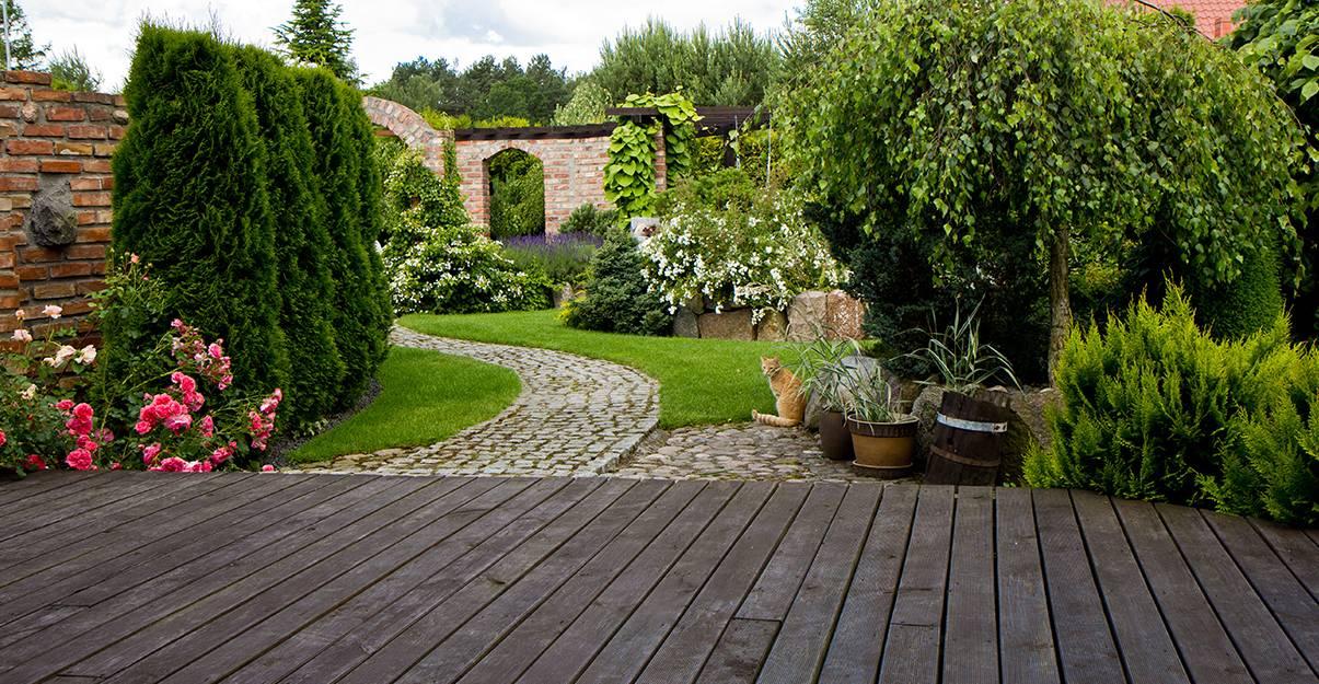 Terrasse surélevée, une jolie perspective sur le jardin.