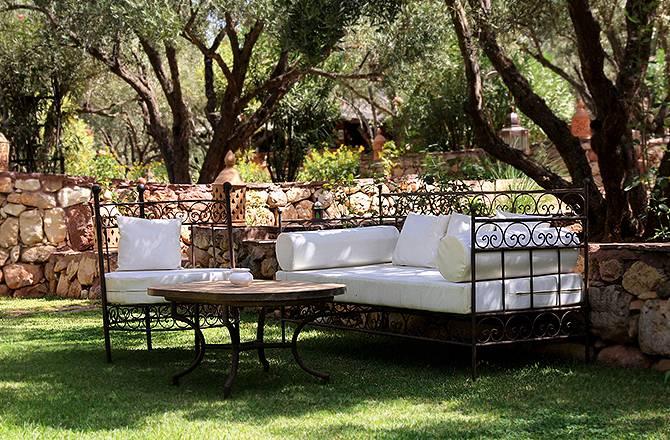 Aménagement d'un jardin et meubles en fer forgé