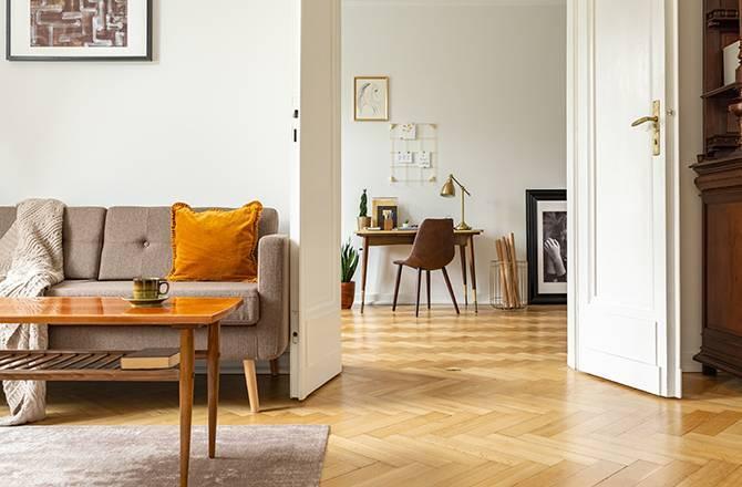 La porte en bois, incontournable des intérieurs classiques.