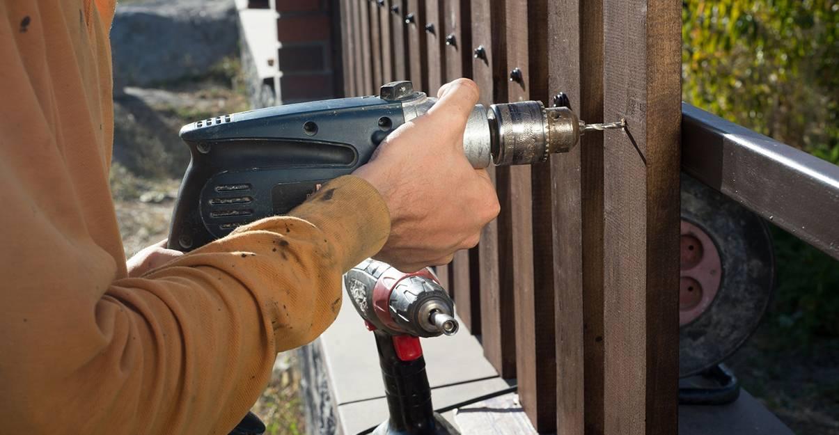 Installation d'une clôture classique sur muret.