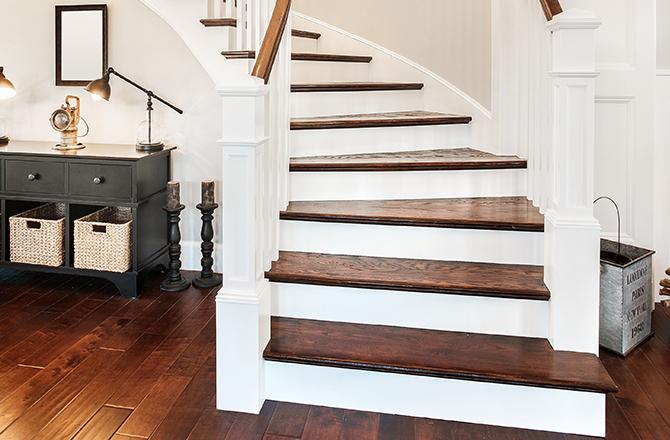 Escalier en bois et contremarches blanches