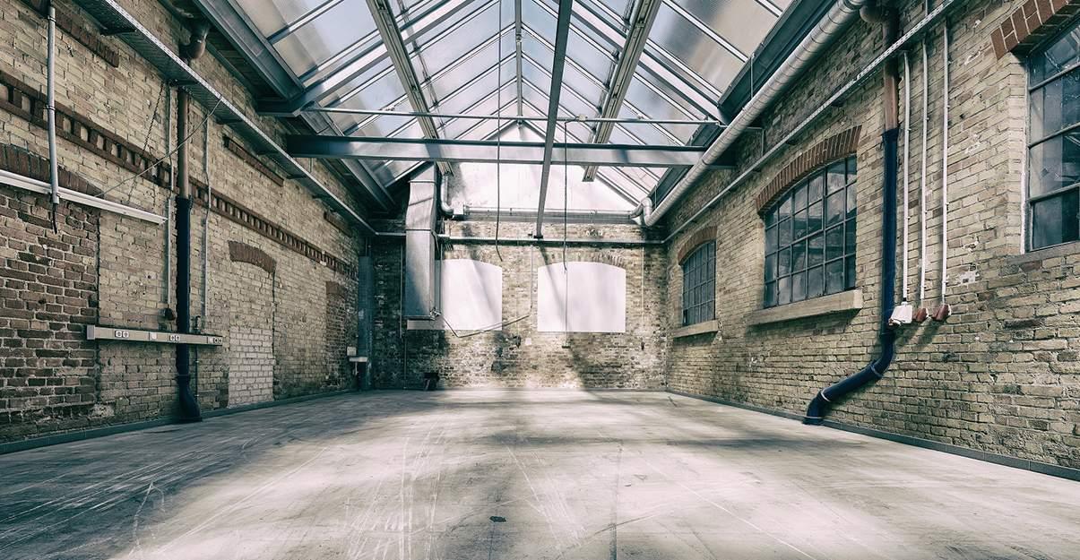 Aménagement d'un local industriel en loft : vérifier que le changement de destination est possible.