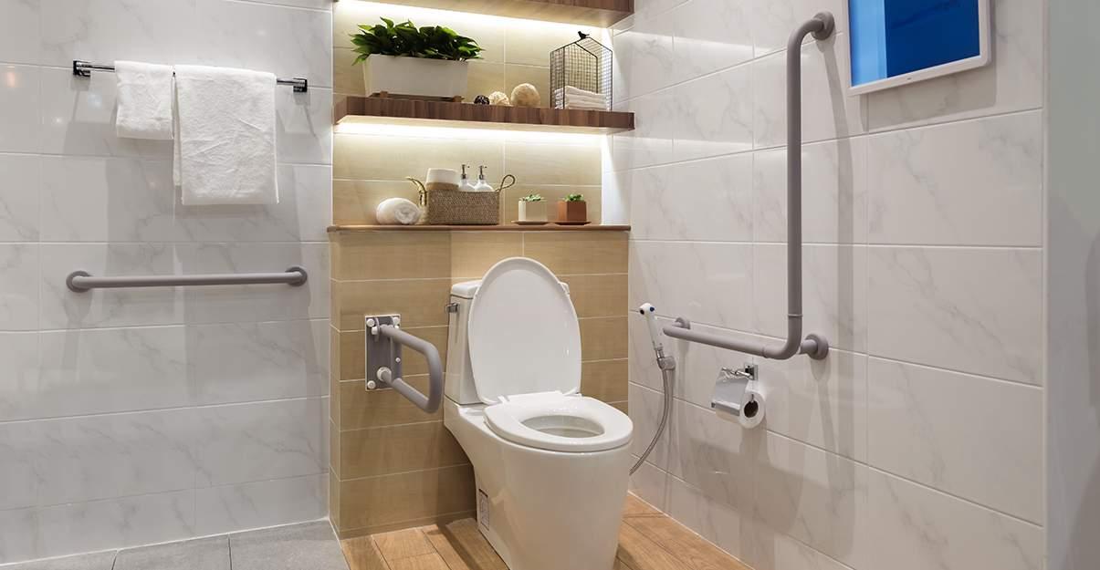 Une salle de bain qui évite les risques de chute