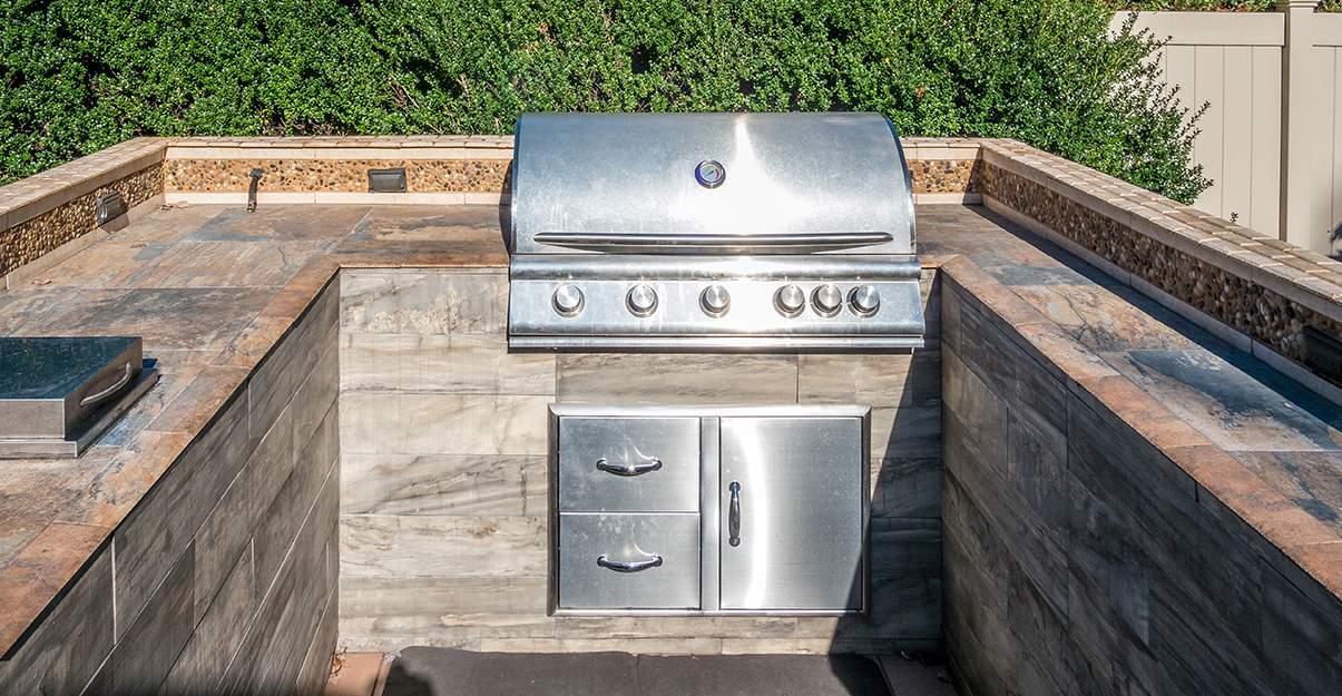 Cuisine extérieure avec barbecue intégré