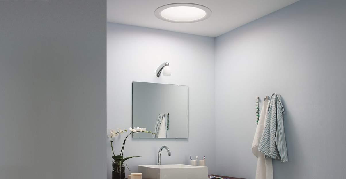 Le conduit de lumière illumine la salle de bains