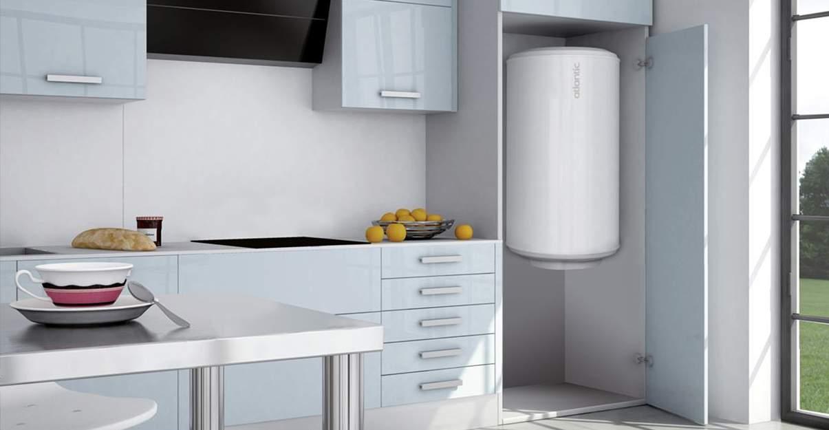 Chauffe eau dans une cuisine grise