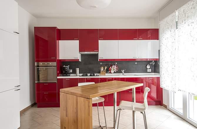 La cuisine rouge ambiance bois