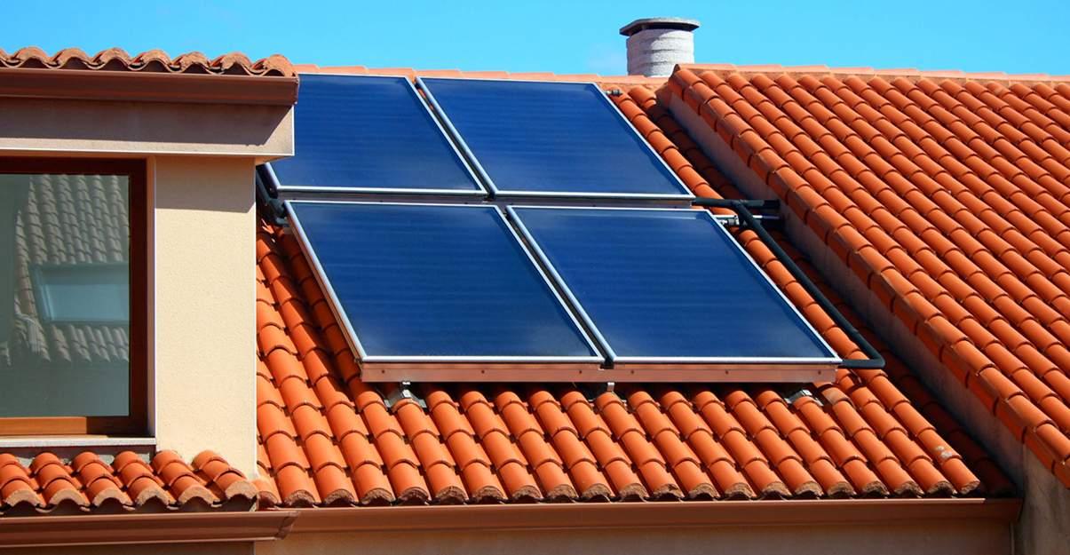 Panneaux captant l'énergie nécessaire au fonctionnement d'un ballon d'eau chaude solaire.