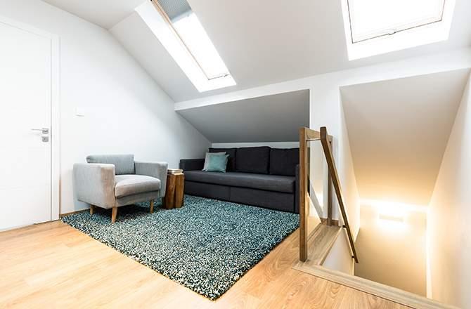 Décoration combles: glisser le canapé sous la pente