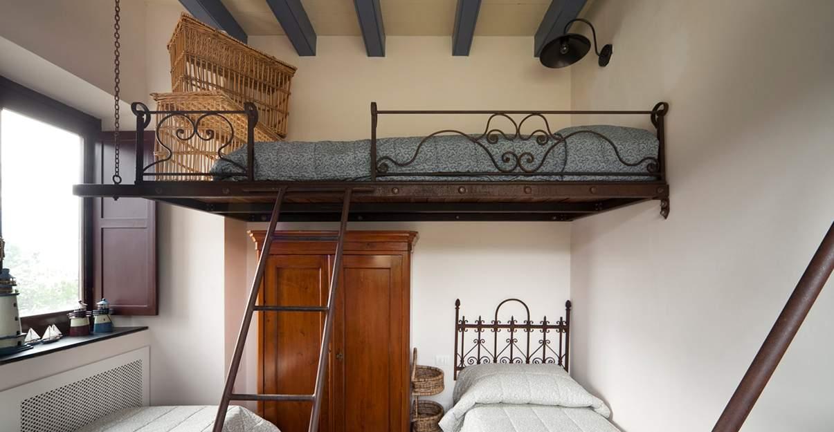 Rénover une petite maison : coin nuit en mezzanine