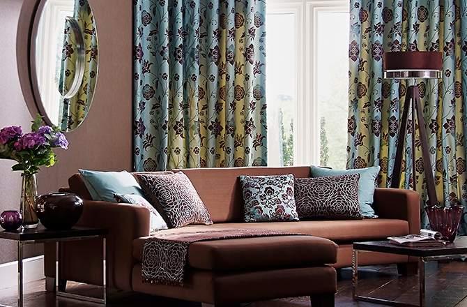 Rénovation intérieur maison ancienne : rideau à fleur chic pour intérieur classique.