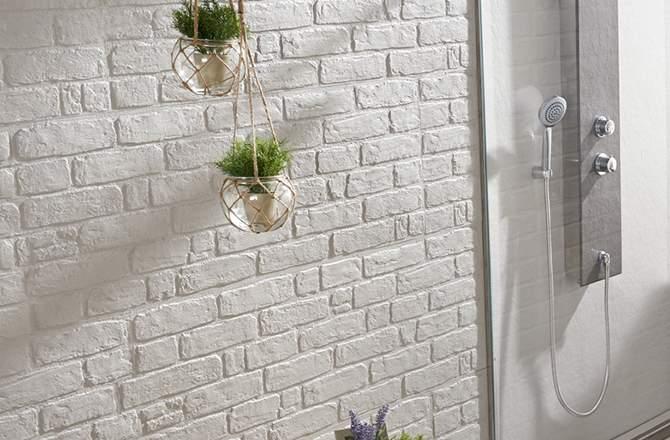 Un panneau mural de douche imitation brique