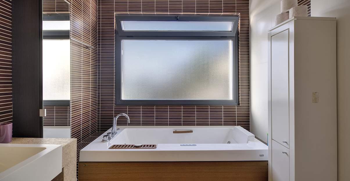 Salle de bain humide : aérer pour évacuer l'humidité