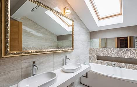 Optimiser la lumière naturelle dans une salle de bain sous  les combles