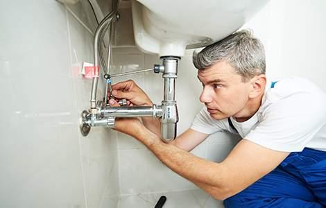 Le plombier sanitaire, expert des circuits d'alimentation et d'évacuation d'eau