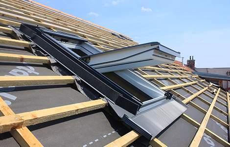 L'artisan couvreur installe des fenêtres de toit