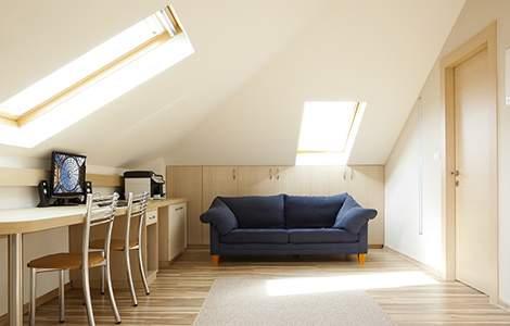 Optimiser la lumière naturelle dans un bureau sous les combles