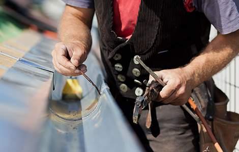 Le zingueur, spécialiste des ouvrages en acier galvanisé