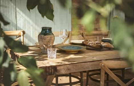 table dressée à l'extérieur