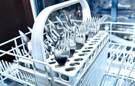 Le lave-vaisselle avec paniers à couverts
