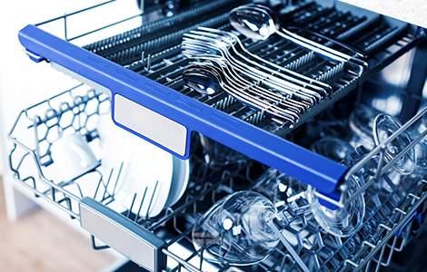 Le lave-vaisselle avec tiroirs à couverts