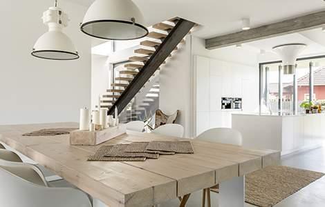 Rénovation intérieur maison ancienne : un escalier design pour moderniser un intérieur