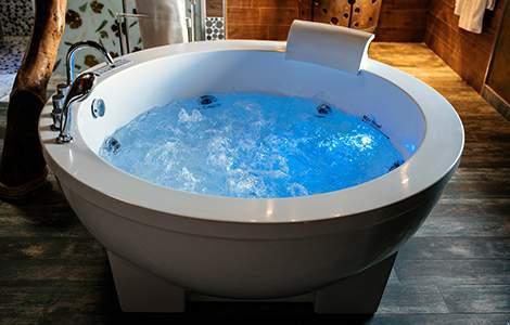 La baignoire balnéo ronde, idéale au centre d'une grande salle de bain