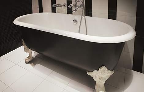 La baignoire à pattes de lion, le chic néoclassique