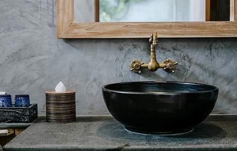 Enduit salle de bain : le stuc, le chic italien dans la salle de bain