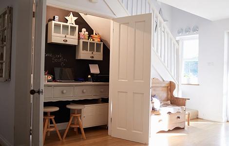 idée rénovation maison : exploiter l'espace sous l'escalier