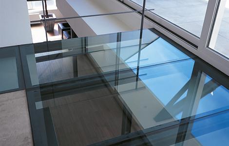 idée rénovation maison : jouer la transparence avec des planchers de verres