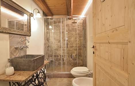 Atmosphère chaleureuse pour une petite salle de bain sans fenêtre