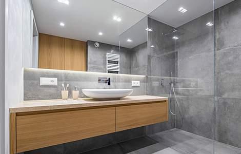 Grand miroir et bois pour une salle de bain sans fenêtre