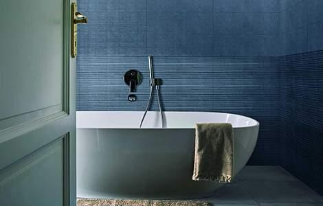Couleur fraiches et lumière naturelle dans la salle de bain
