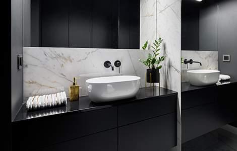 Salle de bain noire et marbre